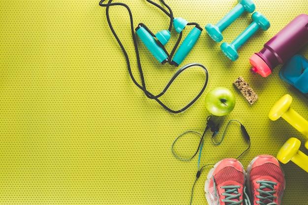 Sportgeräte um apfel und energieriegel
