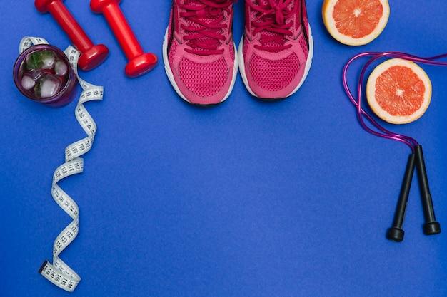 Sportgeräte und rosa turnschuhe