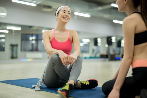 Sportgespräche im fitnessstudio