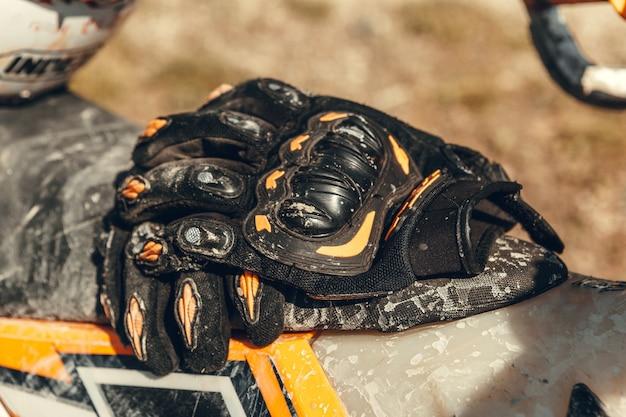 Sporthandschuhe für enduro liegen auf einem quad