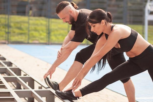 Sportive der teamarbeit, die zusammen ausdehnen