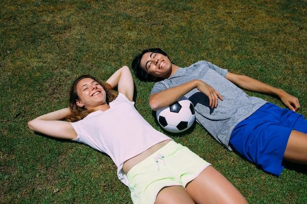 Sportive multiethnische jugendfreunde, die sonnigen tag genießen