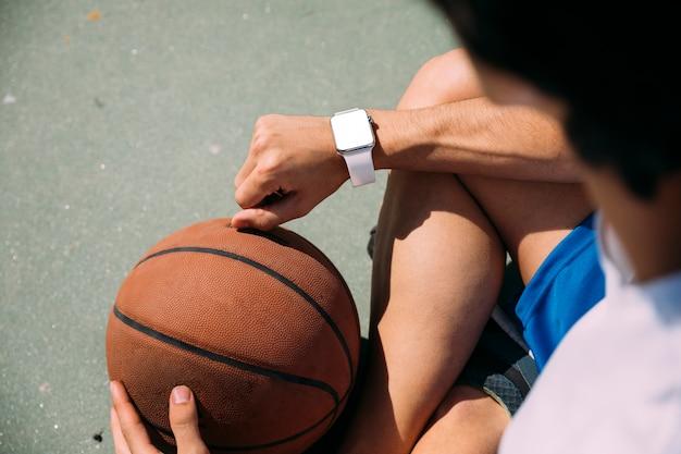 Sportiver jugendlich student, der zeit überprüft