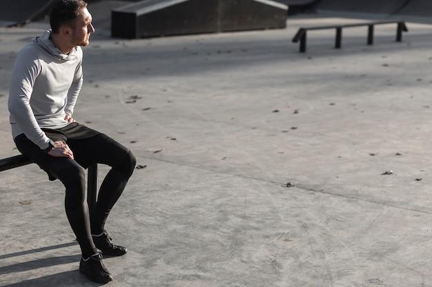 Sportiver mann, der weg stillsteht und schaut