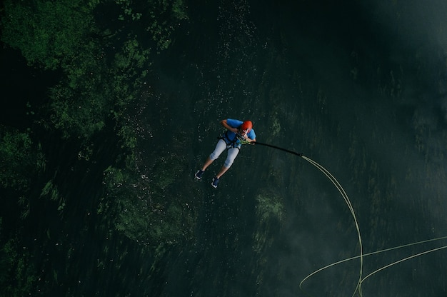 Sportiver mann, der zum abenteuer springt