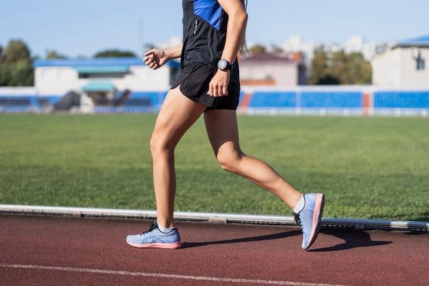 Sportives laufen am marathon auf stadion