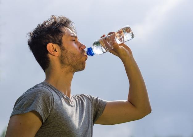 Sportjunge trinkwasser