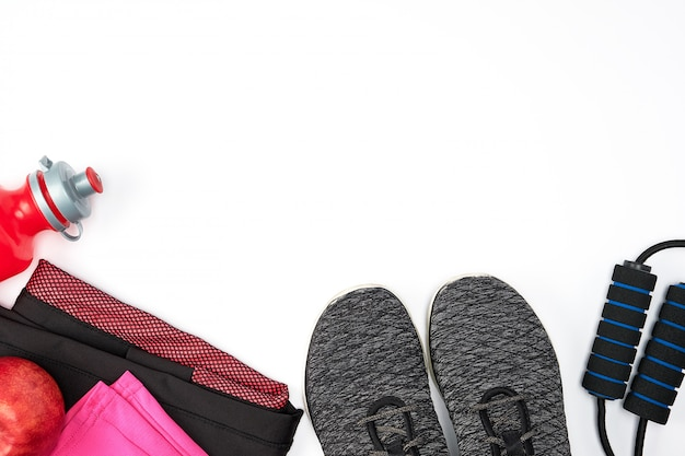 Sportkleidung der frauen für aktiven sport auf einem weißen hintergrund