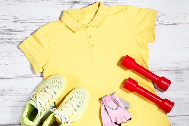Sportkleidung und -ausrüstung auf hölzernem hintergrund