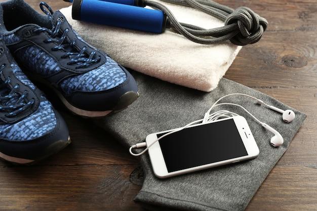 Sportkleidung und ausrüstung auf holzoberfläche