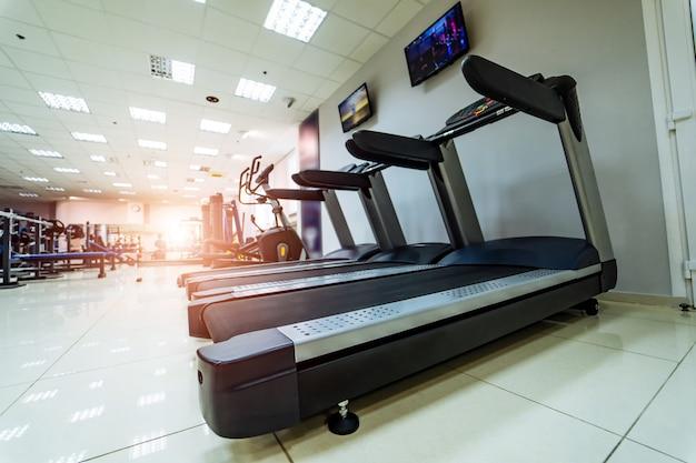 Sportlaufband. fitnessgeräte auf gymnastikhintergrund.