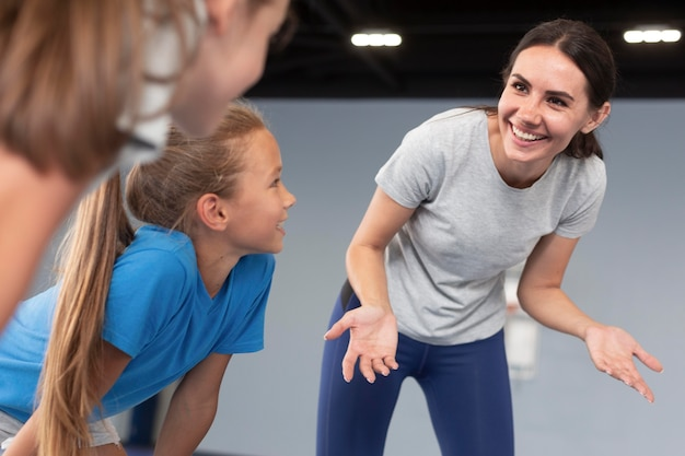 Sportlehrerin mit ihren schülern