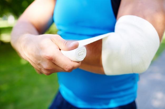 Sportler bandagieren des ellbogens