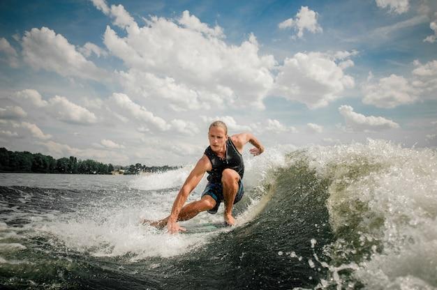 Sportler beim wakeboarden am fluss