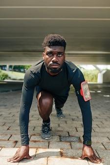 Sportler bereit zu laufen