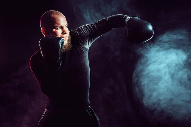 Sportler-boxer, der mit rauch kämpft