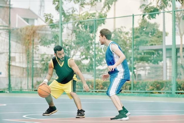 Sportler, der das basketballspiel spielt