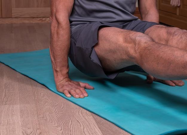 Sportler, der für wellness und gesunden lebensstil trainiert. 90-grad-winkel halten.