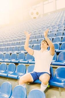 Sportler, der fußball wirft