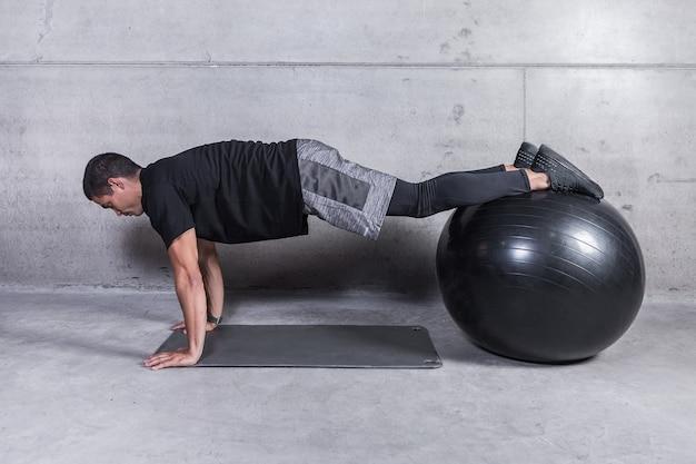 Sportler, der übung auf medizinball tut