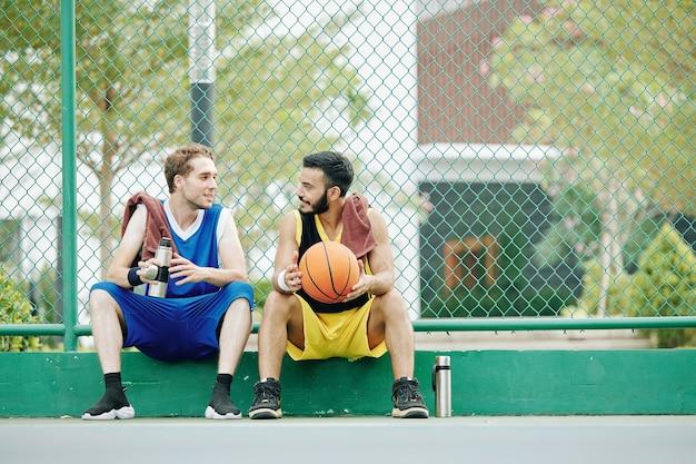 Sportler diskutieren basketballspiel