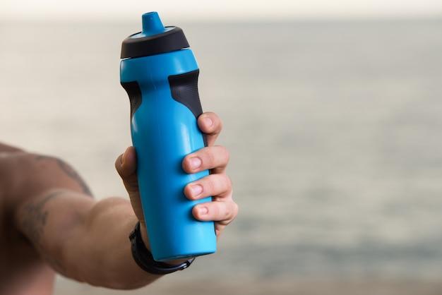 Sportler empfiehlt, wasser zu trinken