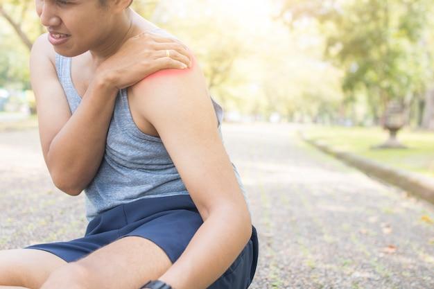 Sportler haben nach dem laufen und training am morgen schulterverletzungen