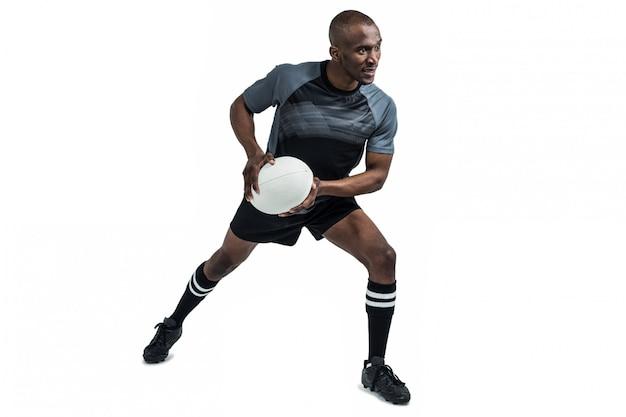 Sportler in der position, rugbyball auf weißen hintergrund zu werfen