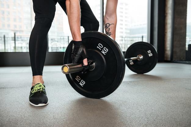 Sportler machen sportübungen im fitnessstudio