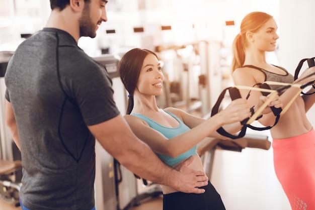 Sportler menschen machen übungen in sportgymnastik.