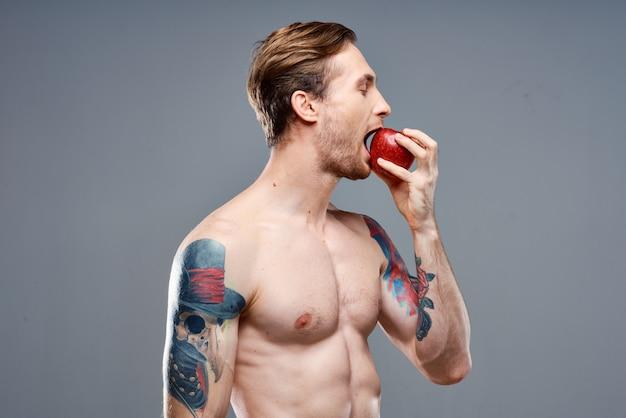Sportler mit tattoos auf den armen