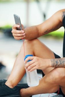 Sportler mit wasser unter verwendung des telefons
