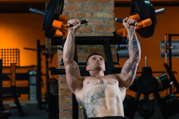 Sportler pumpt muskeln, das konzept der gesunden ernährung und des lebensstils, liebe zum sport