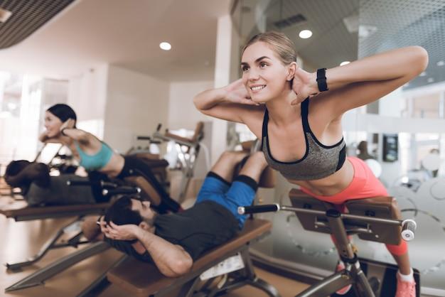 Sportler sind in einem modernen fitnessstudio beschäftigt.