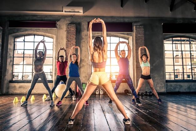 Sportler trainieren im fitnessstudio
