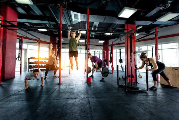 Sportler trainieren in einem cross-fit-fitnessstudio