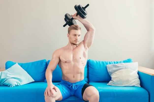 Sportler zu hause, die fitness machen, benutzen hanteln