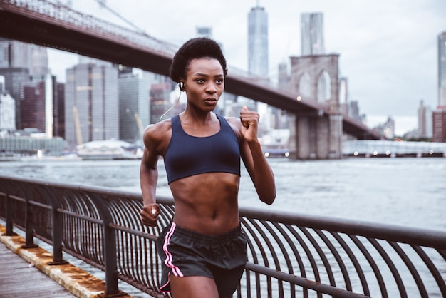 Sportlerin, die am morgen bei sonnenaufgang in new york city trainiert