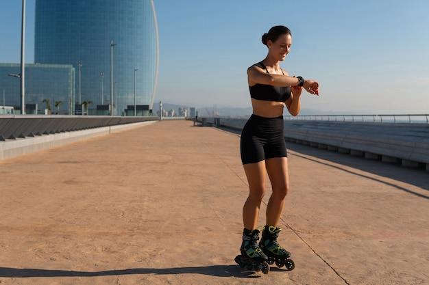 Sportlerin, die beim skaten den puls überprüft