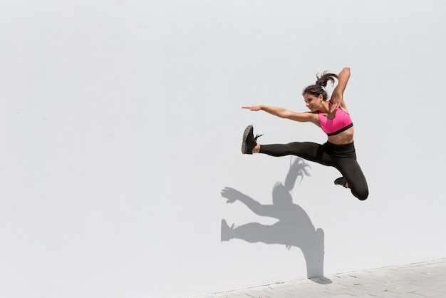 Sportlerin, die draußen trainiert