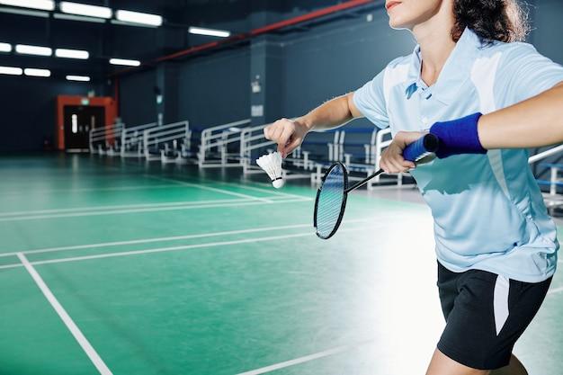 Sportlerin, die federball dient