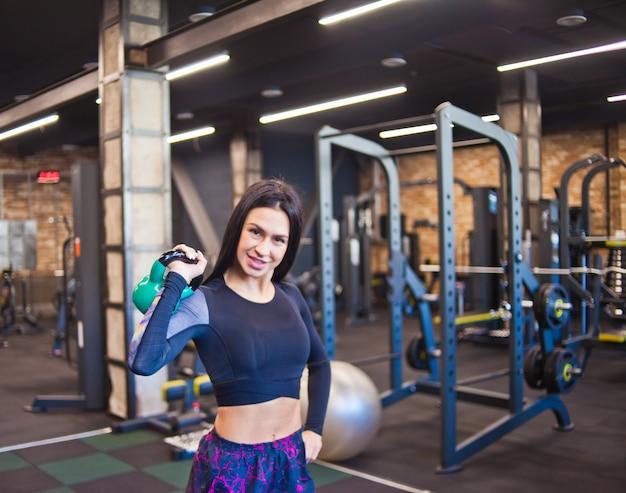 Sportlerin, die im fitnessstudio trainiert