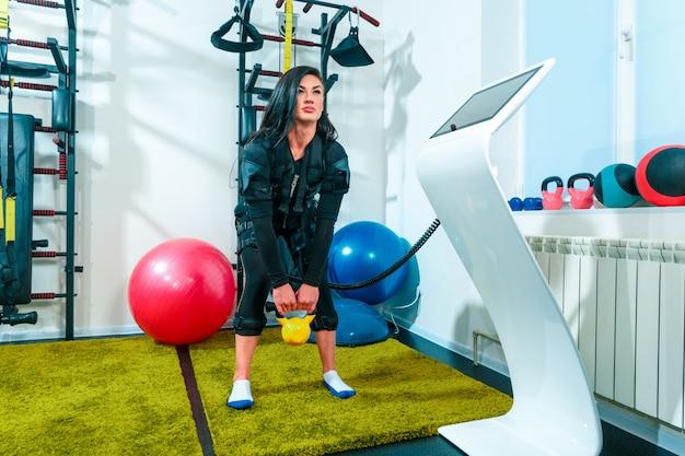 Sportlerin, die übungen in einem eignungsstudio tut