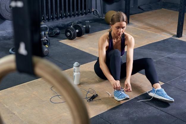 Sportlerin im modernen fitnessstudio