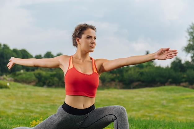 Sportlerin in grauen leggings steigert ihre energie beim morgendlichen training