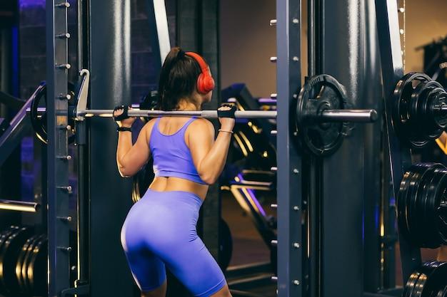 Sportlerin macht kraftübungen im fitnessstudio im fitnessstudio