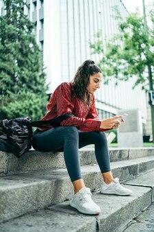 Sportlerin mit dem smartphone
