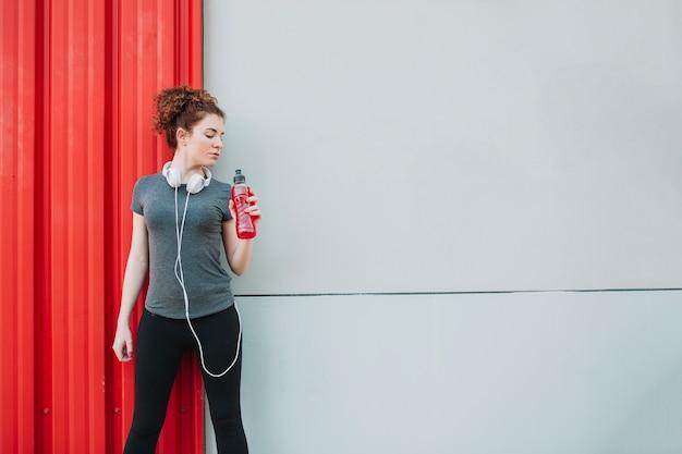 Sportlerin mit flasche wasser