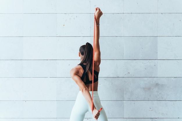 Sportlerin mit stretching-bändern.