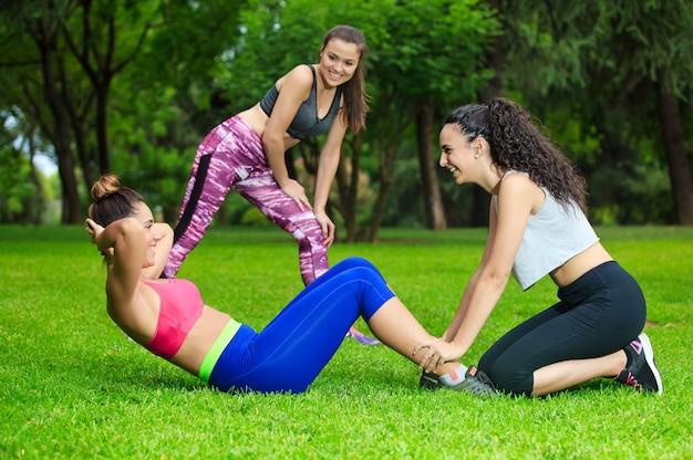 Sportlerinnen, die im park trainieren
